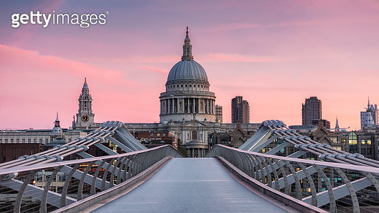 Millennium Bridge, London, UK. October 7, 2018. An early morning view of St Paul's Cathedral from the Millennium Bridge, London. The sky glows pink from the rising sun. - gettyimageskorea