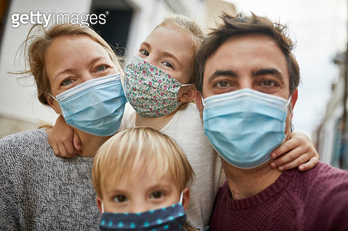 Real Family Taking a Selfie Together While Wearing Protective Face Masks - gettyimageskorea