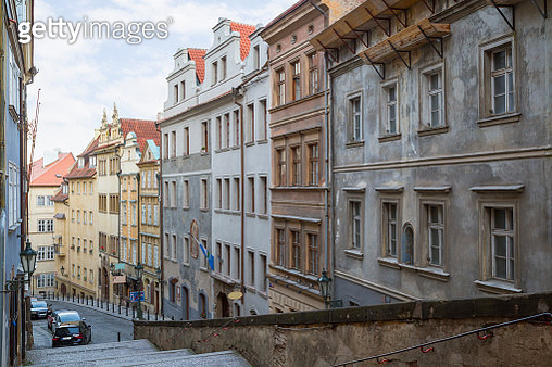Empty stairs to the Prague Castle and old buildings along the Thunovska street at the Mala Strana (Lesser Town) district in Prague, Czech Republic. - gettyimageskorea