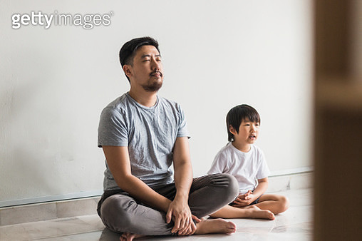 Father and son meditating - gettyimageskorea