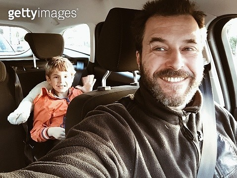 Smiling Father In Car With Son Sitting At Back Seat - gettyimageskorea