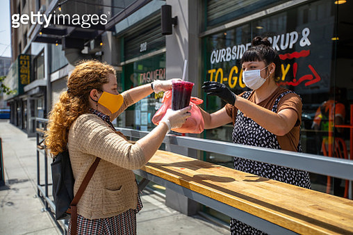 Woman Wearing Homemade Mask Picks Up Food at Restaurant During Covid-19 Lockdown - gettyimageskorea
