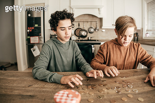 Teens counting savings - gettyimageskorea