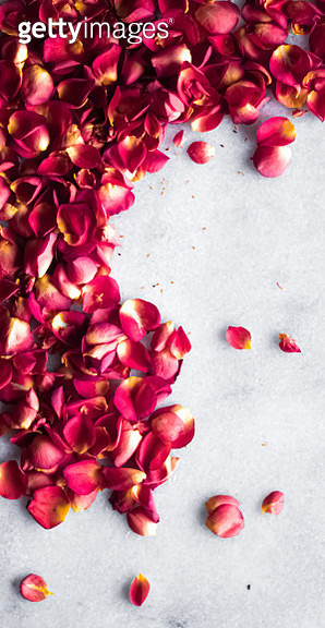 High angle view of red roses on marble - gettyimageskorea