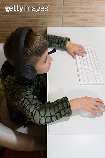 kid with the night suit, playing computer games - gettyimageskorea