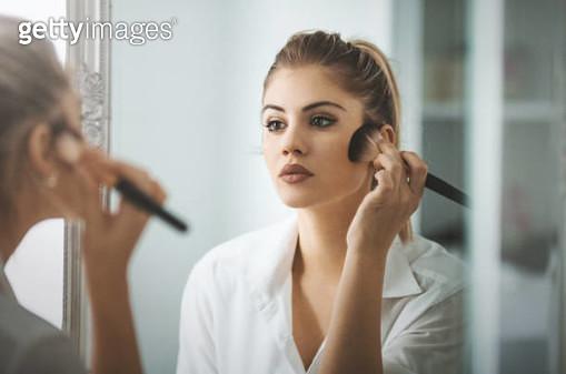 Morning makeup routine. - gettyimageskorea