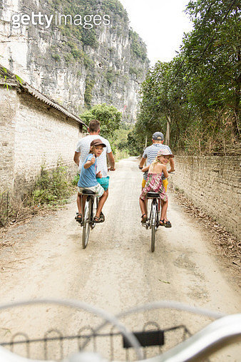 A family cycle through rural landscape in Ninh Binh - gettyimageskorea