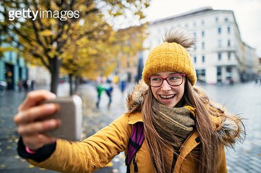 Teenage girl enjoying sightseeing city of Brno, Czech Republic. The girl is taking selfies to upload them to social medialNikon D850 - gettyimageskorea