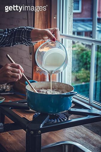 Preparing Tom Yum Goong Nam Kon Thai Soup with Shrimps, Enoki Mushrooms and Fresh Chili - gettyimageskorea