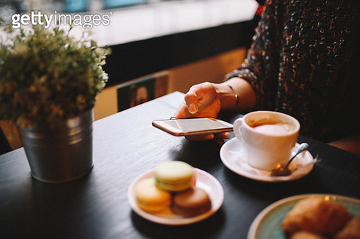 People having a coffee and sweets in the cafe - gettyimageskorea