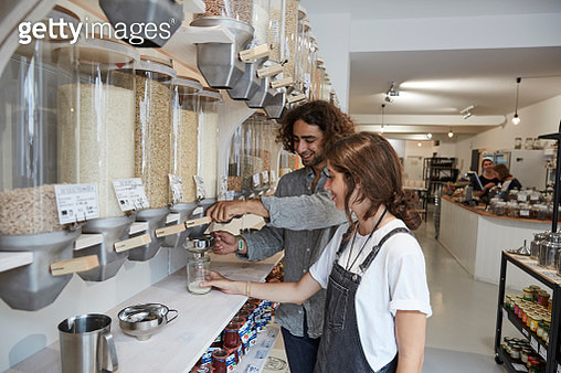 Couple shopping in packaging-free supermarket - gettyimageskorea