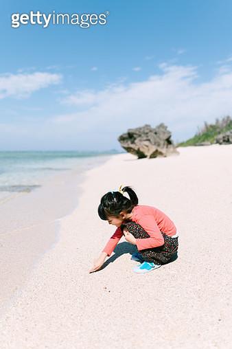 Preschool girl beachcombing on idyllic tropical beach, Okinawa, Japan - gettyimageskorea