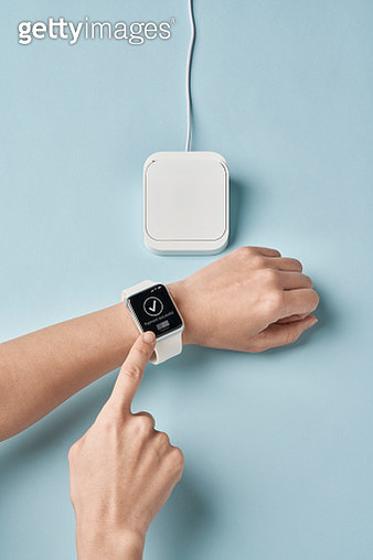 Contact less payment with a smart watch - gettyimageskorea